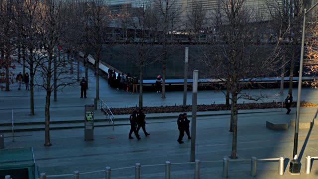 9-11 denkmal. polizist. - editorial videos stock-videos und b-roll-filmmaterial