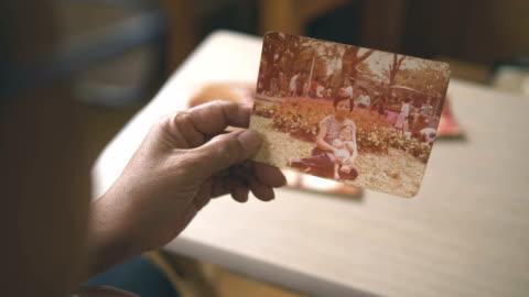 vídeos de stock e filmes b-roll de memories photo album - fotografia imagem