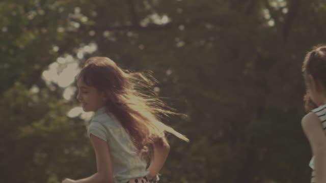 minnen: löpning i gräset - sentimentalitet bildbanksvideor och videomaterial från bakom kulisserna