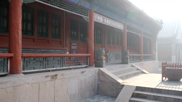 minnen tempel av människor som byggt kinesiska muren, peking, kina - chinese military bildbanksvideor och videomaterial från bakom kulisserna