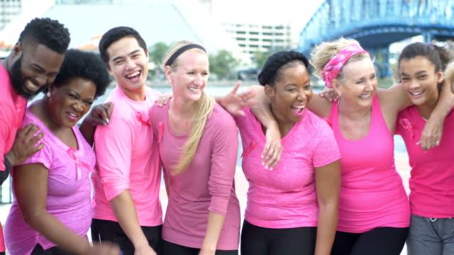 meme kanseri farkındalık etkinliğinde pembe erkek ve kadın - breast cancer awareness stok videoları ve detay görüntü çekimi