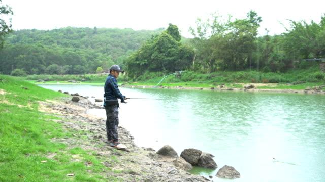 mężczyźni łowią ryby - żabnicokształtne filmów i materiałów b-roll