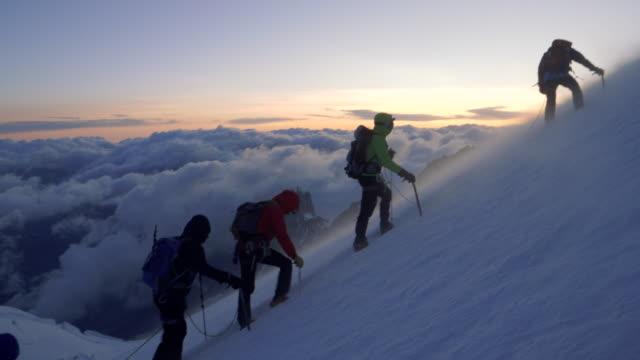 män klättrar till toppen av berget - vintersport bildbanksvideor och videomaterial från bakom kulisserna