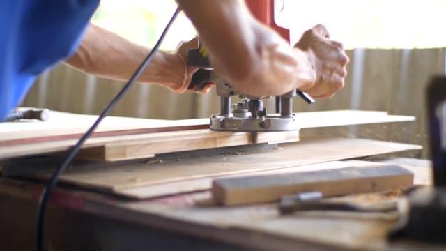 männer schreiner arbeiten - kreissäge stock-videos und b-roll-filmmaterial