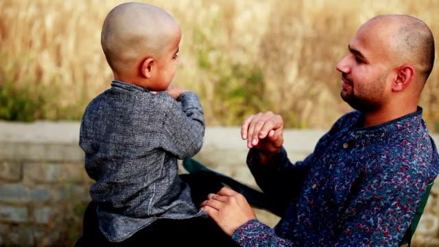 män & barn leker tillsammans utomhus i naturen - enbarnsfamilj bildbanksvideor och videomaterial från bakom kulisserna