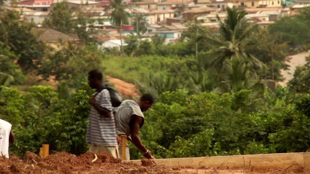 掘るガーナの男性:アフリカ開発プロジェクト - 雇用と労働点の映像素材/bロール
