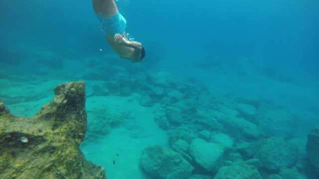 männer tauchen undersea - tauchen stock-videos und b-roll-filmmaterial