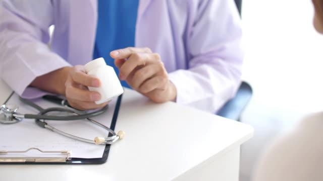 vídeos y material grabado en eventos de stock de hombres doctor consejo paciente sobre medicina , concepto médico - receta instrucciones