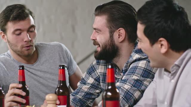 Men Drinking Beer and Talking - vídeo