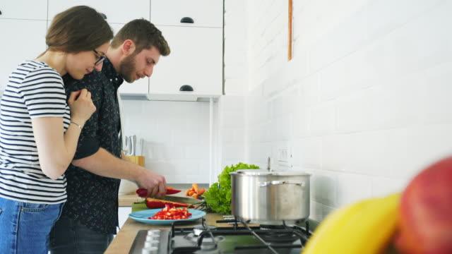 Los hombres disfrutan de cocinar. - vídeo