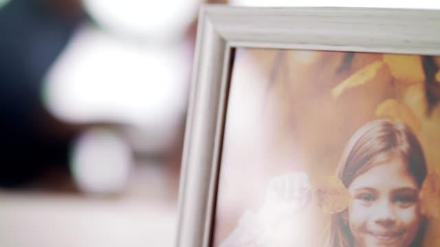 män som njuter av familjens tid hemma - frame bildbanksvideor och videomaterial från bakom kulisserna