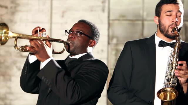 トランペットとサックスのジャズ バンドの男性 - ミュージシャン点の映像素材/bロール