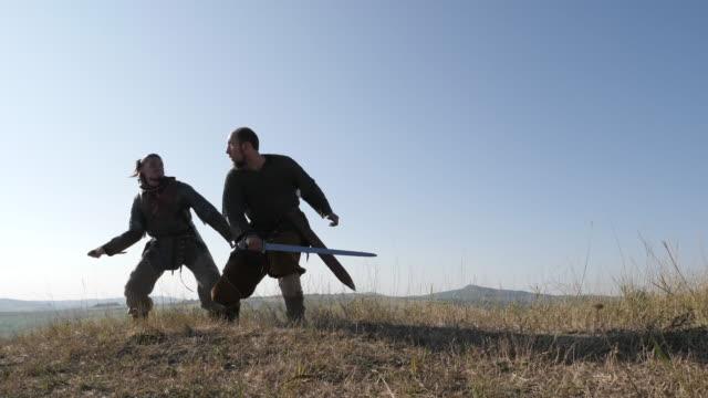 在戰鬥中穿著中世紀服裝的男人 - sword 個影片檔及 b 捲影像