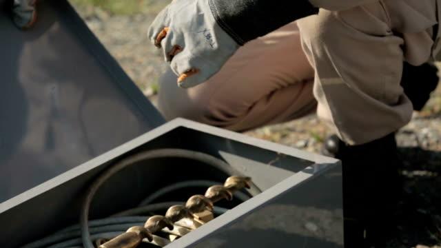 män i saftey gear öppna kortslutning enheter - skylift bildbanksvideor och videomaterial från bakom kulisserna