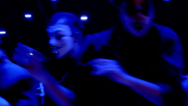 stockvideo's en b-roll-footage met mannen in prachtige kostuums en met greasepaint dansen op het podium - vetschmink
