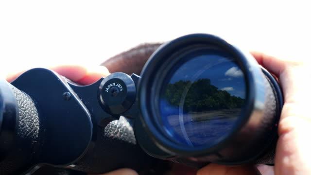 カリブ海の男性はバードウォッチングをしている - バードウォッチング点の映像素材/bロール