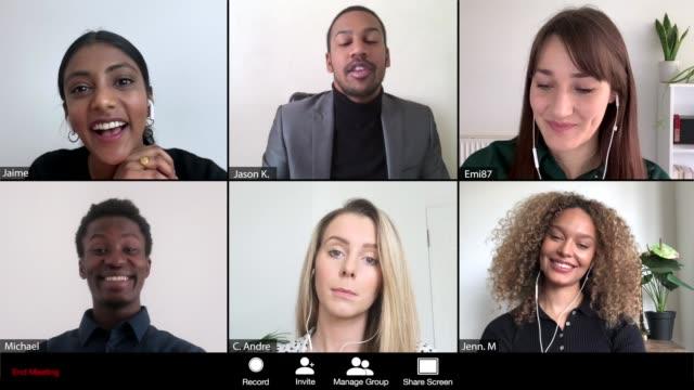 männer, die ein online-meeting von 6 personen leiten - abgeschiedenheit stock-videos und b-roll-filmmaterial