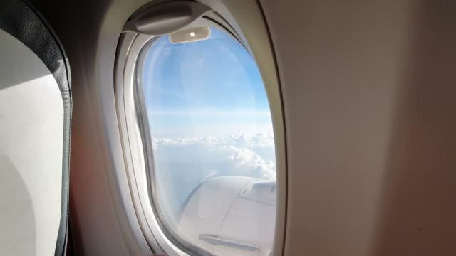 男人透過飛機的窗戶,關上窗戶 - airplane seat 個影片檔及 b 捲影像