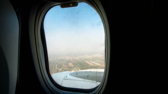 항공기 창문을 통해 보고 창문을 닫는 남성 - airplane seat 스톡 비디오 및 b-롤 화면