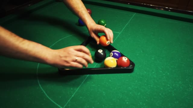 stockvideo's en b-roll-footage met mannen biljarten. de hand van een man neemt de cue en raakt de ballen. ballen rollen over de groene tabel. - kampioenschap