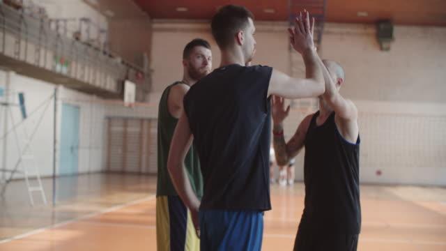 vídeos de stock e filmes b-roll de men playing basketball indoor 2 on 2 - equipa desportiva