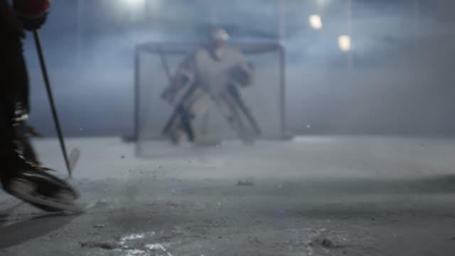 vidéos et rushes de hommes jouant le hockey sur la patinoire de glace - hockey sur glace