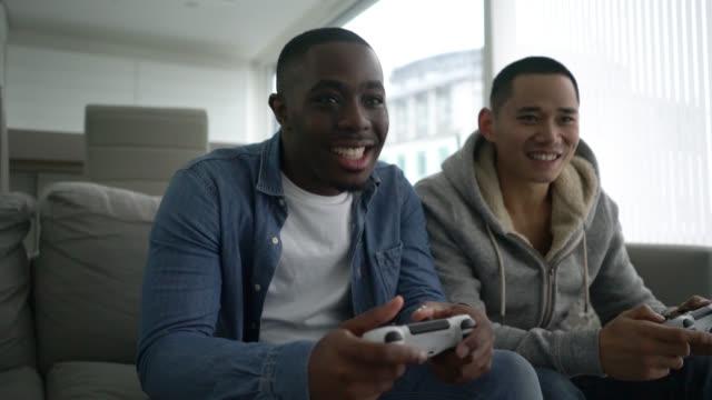 stockvideo's en b-roll-footage met mannen spelen van videospellen - vrijetijdsspel