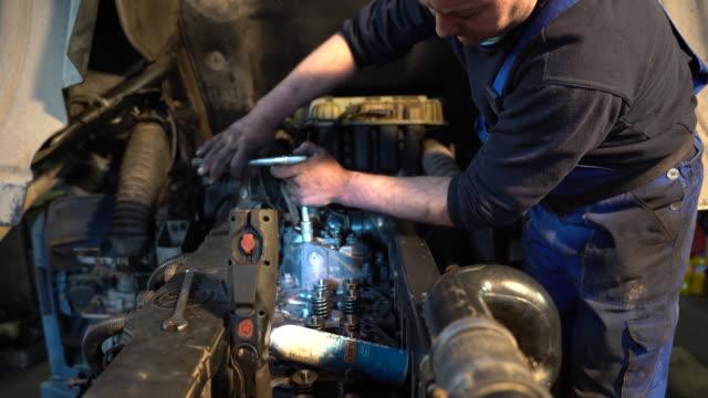 män reparera motorn i lastbilen - maskindel bildbanksvideor och videomaterial från bakom kulisserna