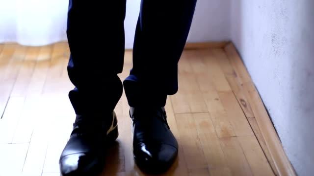scarpe uomo - full hd format video stock e b–roll