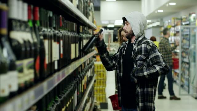 men shoplifting in supermarket - вор стоковые видео и кадры b-roll