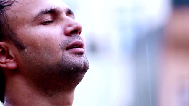 男子站在雨中的肖像 - 濕的 個影片檔及 b 捲影像