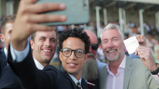 erkek bir selfie alarak - horse racing stok videoları ve detay görüntü çekimi