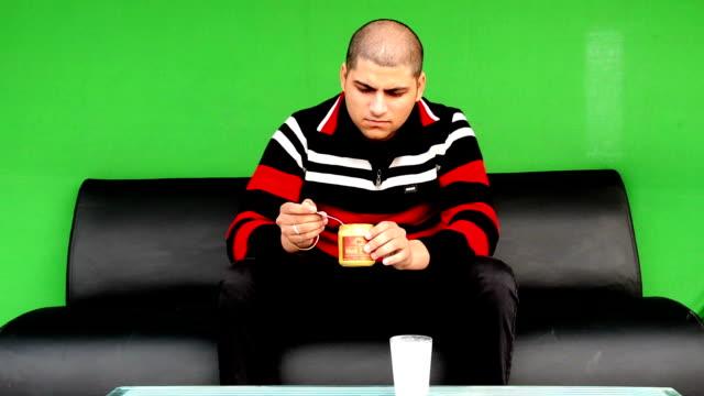 i̇laç alan erkekler - vitamin d stok videoları ve detay görüntü çekimi