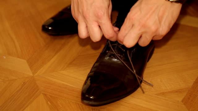 uomini legare le sue scarpe pizzo - scarpe video stock e b–roll