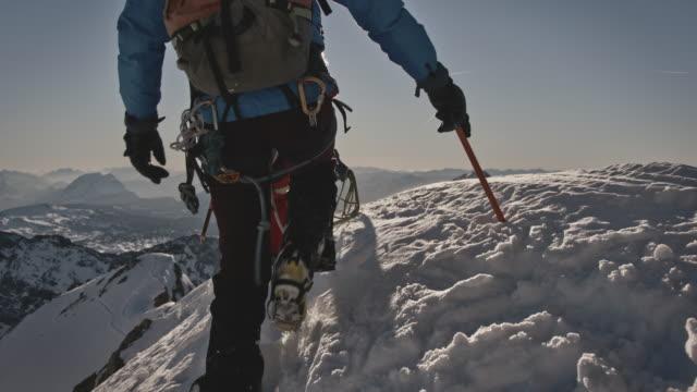 冬の間に山の尾根を歩く男性 - スポーツ用品点の映像素材/bロール