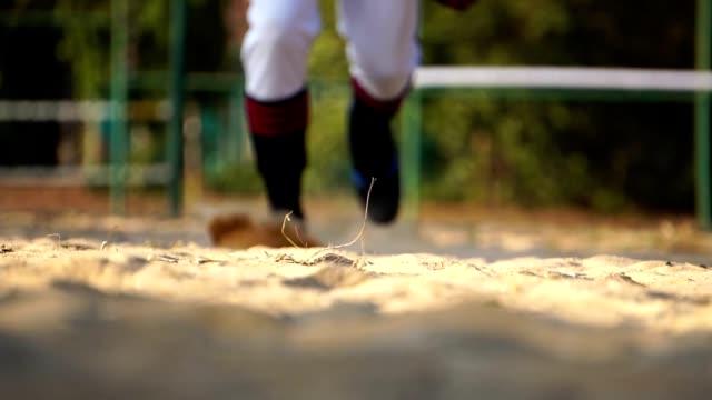 男子野球選手は砂のピッチで滑っていた - 野球点の映像素材/bロール