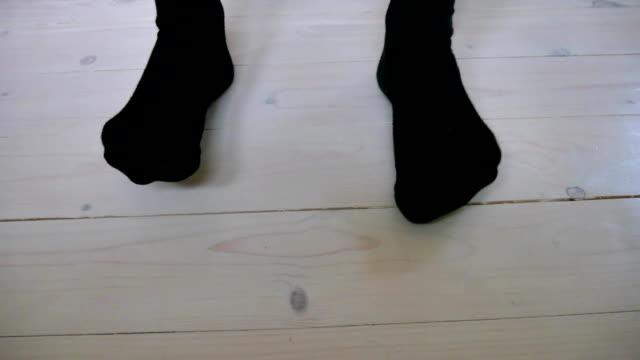 men's feet in socks - носок стоковые видео и кадры b-roll