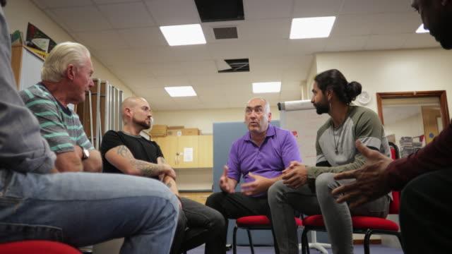 vídeos y material grabado en eventos de stock de grupo de apoyo de salud mental de los hombres - servicios sociales