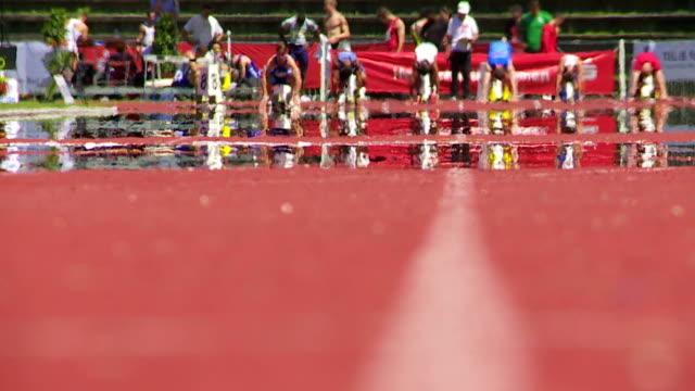 Una persona pista de Atletismo masculino en el verano de calor - vídeo