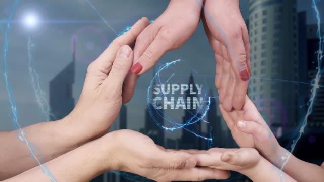 vídeos y material grabado en eventos de stock de manos de los hombres, de mujeres y de niños muestran un holograma supply chain - suministros escolares