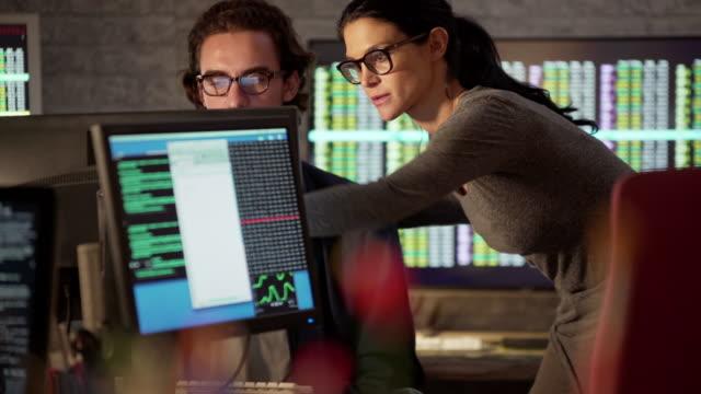 mentoring numerischer daten - börsenhandel finanzberuf stock-videos und b-roll-filmmaterial