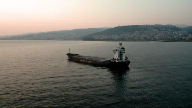 vídeos y material grabado en eventos de stock de barco mercante en el mar negro. nave de carga seca. disparo de drones 4k - amarrado
