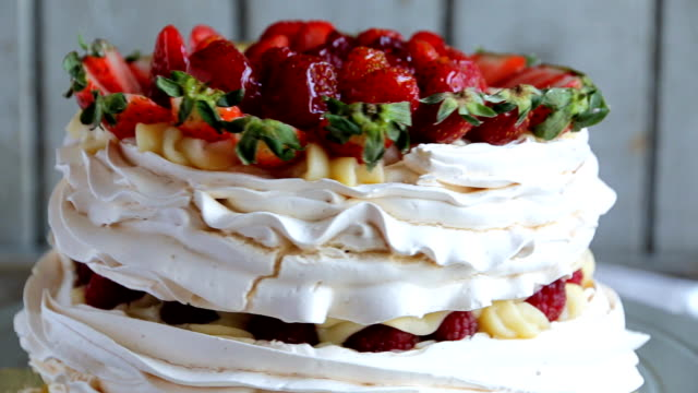vídeos de stock e filmes b-roll de meringue cake with custard and strawberry raspberry - strawberry