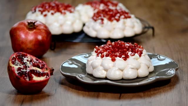 meringues pavlova kek çelenk narlı - muhallebi stok videoları ve detay görüntü çekimi