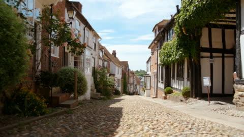 vídeos de stock e filmes b-roll de mermaid street in rye, east sussex, england, uk - aldeia
