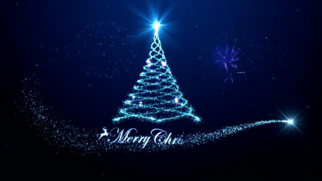 fröhlicher weihnachtsbaum hintergrund mit feuerwerk blauen hintergrund - weihnachtskarte stock-videos und b-roll-filmmaterial