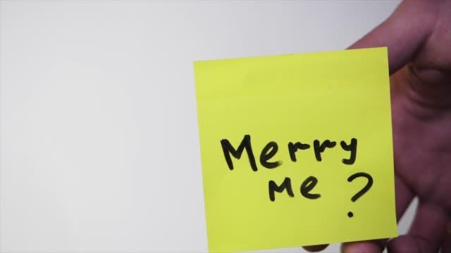 vídeos y material grabado en eventos de stock de feliz me es una inscripción en un pedazo de papel. inscripción en la etiqueta feliz me sobre un fondo blanco - letra s