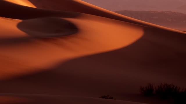 vídeos de stock e filmes b-roll de dunas planas de mesquite.  nascer do sol.  time lapse - parque nacional do vale da morte