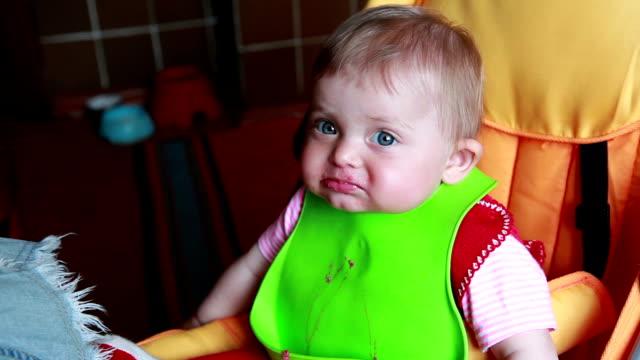 vídeos de stock e filmes b-roll de messy baby girl stares at camera - boca suja