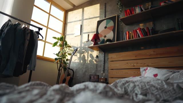 vídeos y material grabado en eventos de stock de cama desordenada por la mañana - dormitorio habitación